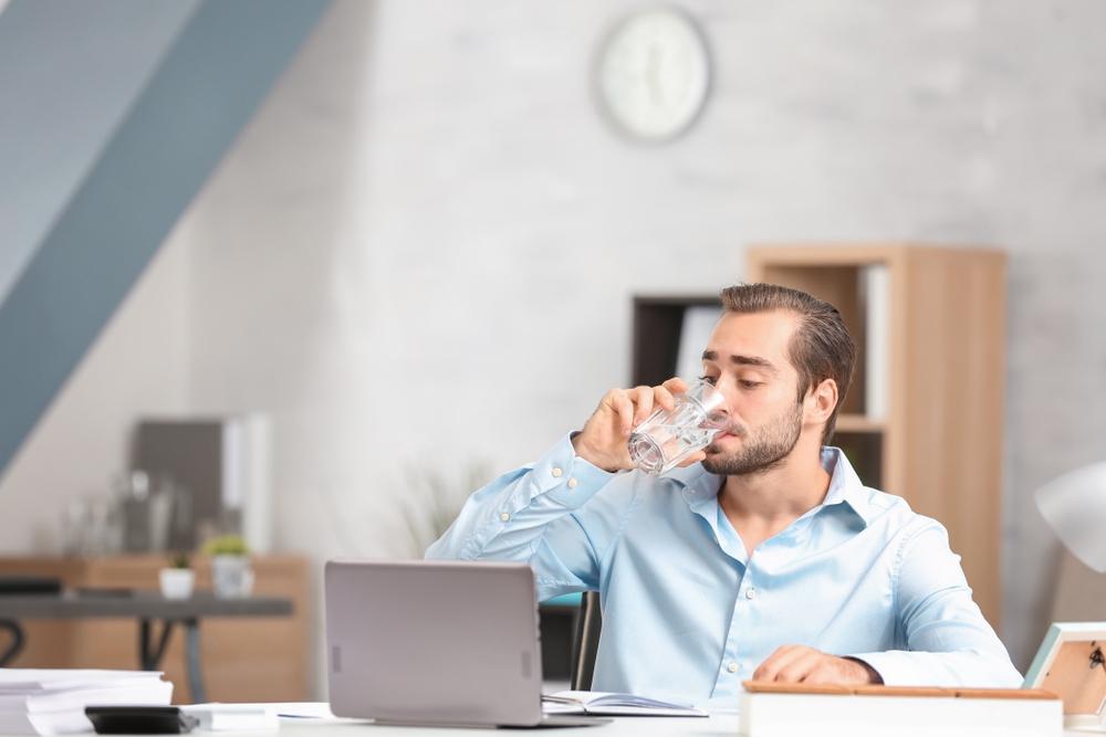 Drink meer water en minder alcohol en cafeïne